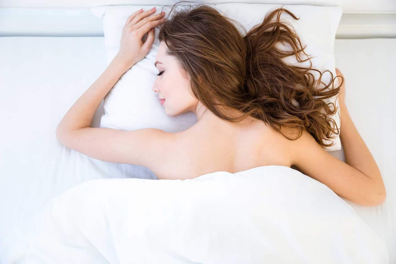 8 reasons why you should sleep naked