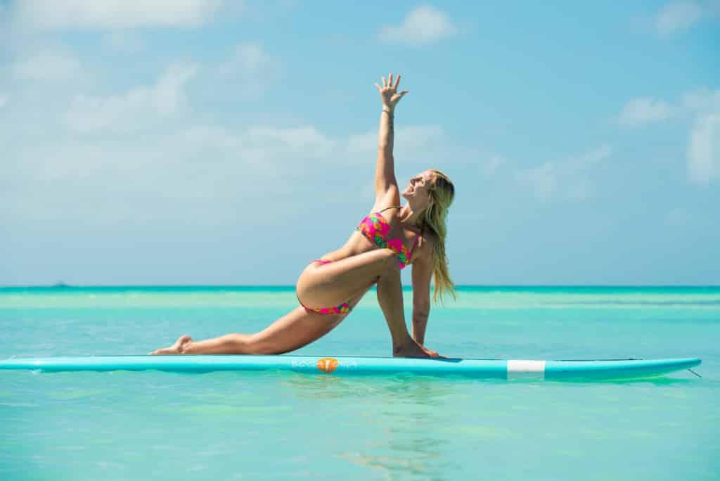 Rachel Brathen fitnes girl yoga sea